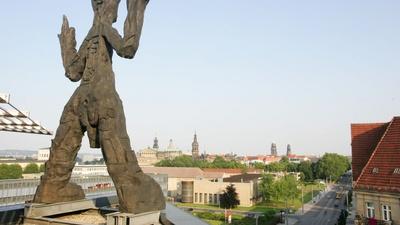 Penck-Skulptur auf dem Dach / Foto: art'otel