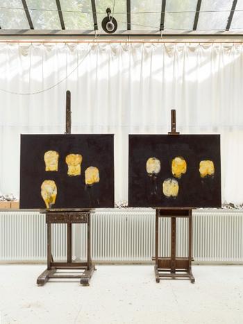 Mark Lammert: Ateliersituation mit zwei Gemälden - Foto: Roman März