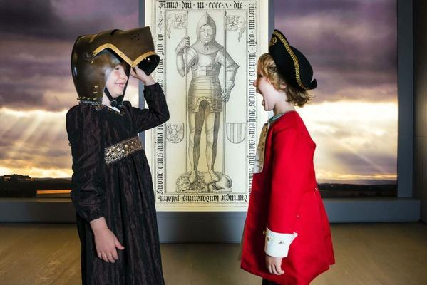 Kinder probieren Ritterhelm in Ausstellung In lapide regis - Foto Matthias Hultsch