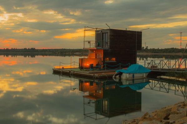 Sonnenuntergang am Schwimmenden Haus auf dem Partwitzer See. Bildnachweis: Tourismusverband Lausitzer Seenland, Kathrin Winkler