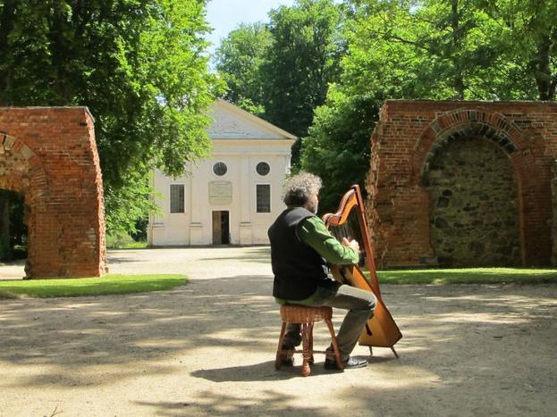 Stefan Weyh an der Harfe / © Klosterpark Altzella