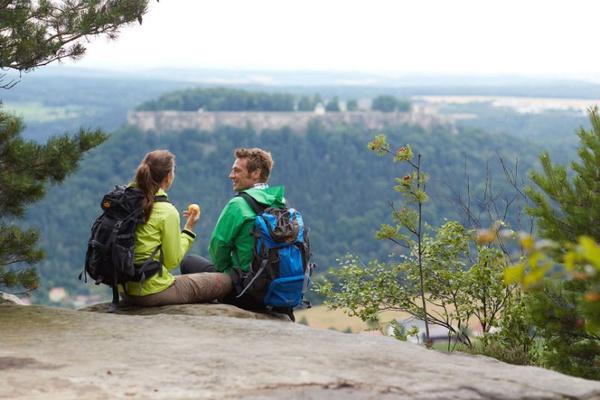 Wanderrast mit Ausblick auf die Festung Königstein - Foto: Marcus Gloger-Tourismus Marketing Gesellschaft Sachsen