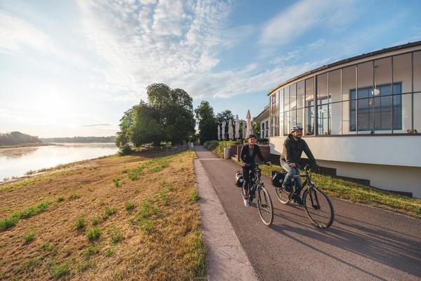 Der Elberadweg – wie hier am Kornhaus in Dessau – verbindet naturnahes Radreiseerlebnis und kulturelle Highlights – Foto: Elberadweg/Felix Meyer