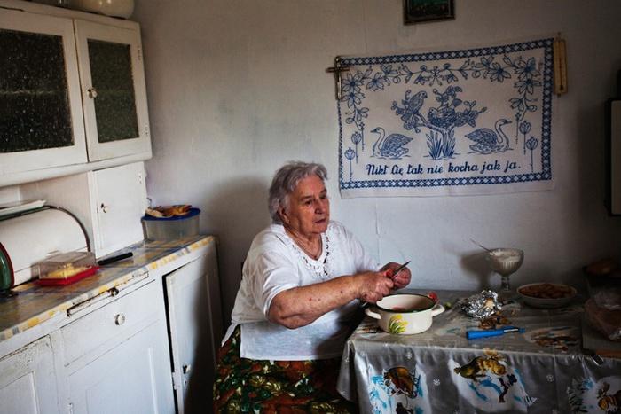Katarzyna Mazur: Frau Lucyna in ihrem Haus im Dorf Niebocko Bieszczady, 2013