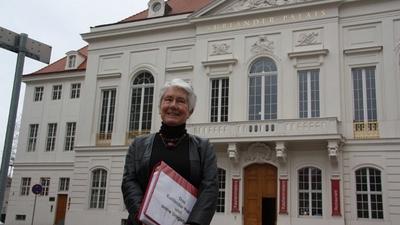 Renate Gerner vor dem Kurländer Palais / Foto: Zänker