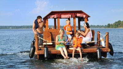 Unterwegs mit einem Floß im Lausitzer Seenland, Foto: Tourismusverband Lausitzer Seenland, Nada Quenzel