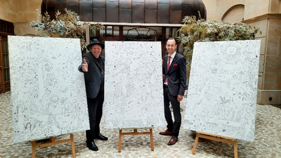 v.l.: Künstler Holger John und Florian Leisentritt (Hoteldirektor Gewandhaus Dresden, Autograph Collection) mit den drei Tuschezeichungen auf Leinwand
