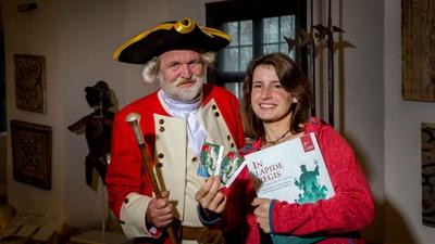 Schließkapitän Clemens und Besucherin Sunny Tietze mit zwei Jahreskarten und Ausstellungskatalog – Foto: Marko Förster