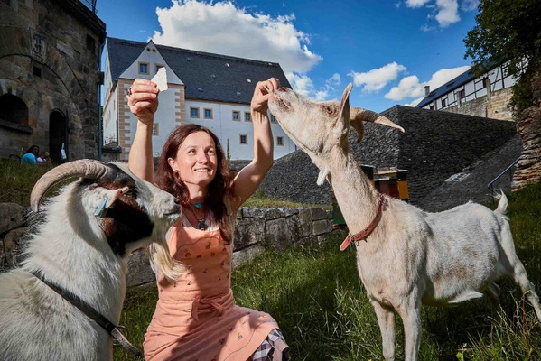 Museumspädagogin Maria Pretzschner mit den beiden Ziegen auf der Festung Königstein, Foto: Marko Förster