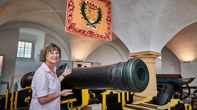 Dr. Angelika Taube, Geschäftsführerin der Festung Königstein gGmbH, präsentiert ein Exponat der Ausstellung, Foto: Marko Förster