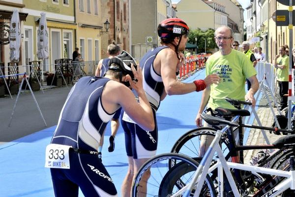 Helfer des mt3 geben den Athleten Hilfestellung in der Wechselzone. Foto: SPORTS LIVE Bischoff