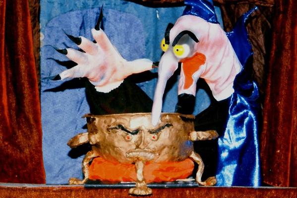 """Lutz Männel führt das Puppenspiel """"Weihnachten im Gespensterschloss"""" auf. Foto: Lutz Männel"""