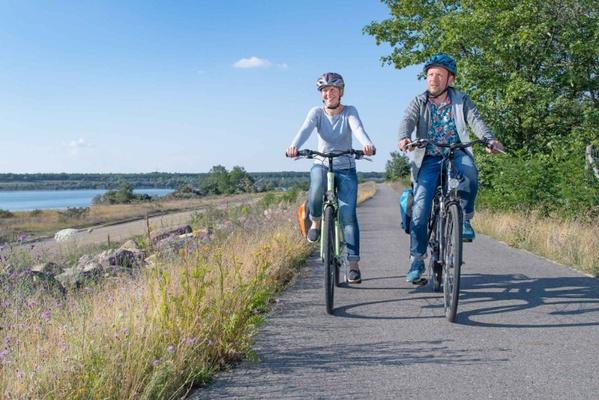 Radfahrer auf dem Radweg am Altdöberner See. Foto: Tourismusverband Lausitzer Seenland, Nada Quenzel
