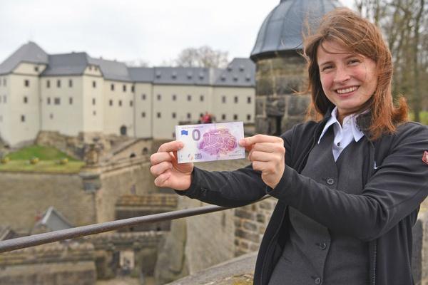 Gästeführerin Sunny Steinmüller mit Null-Euro-Schein, © Festung Königstein gGmbH