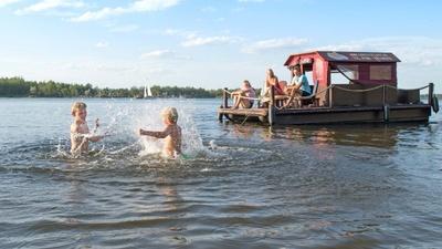 Unterwegs mit einem Floß im Lausitzer Seenland © Tourismusverband Lausitzer Seenland, Nada Quenzel