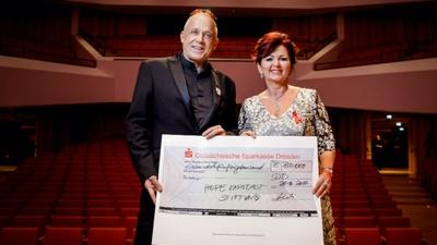 Stefan Hippler und Viola Klein mit Scheck Nr. 2 / Foto Michael Schmidt