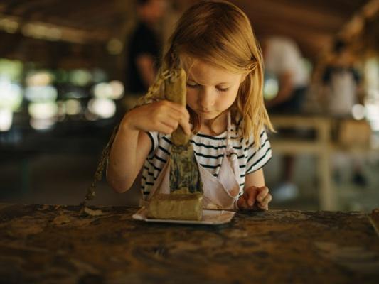 Im Ziegeleipark Mildenberg können sich Kinder im Ziegelstreichen ausprobieren. © Ziegeleipark Mildenberg/Julia Nimke
