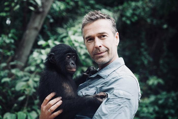 Dirk Steffens mit Bonobo-Affe © Oliver Rötz