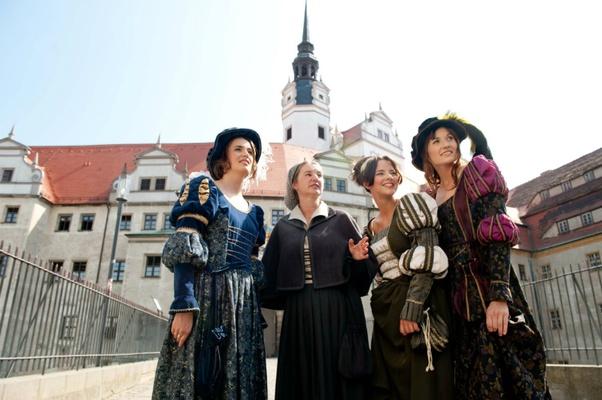 Stadtführerin Silvia Meinel -2vl- als Katharina von Bora - Fotoshooting zum Thema Luther in Torgau - Foto Dirk Brzoska