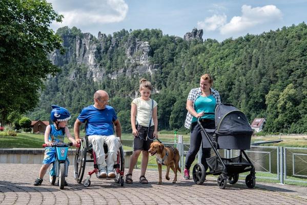 Ob mit Laufrad, Rollstuhl, Kinderwagen oder Hund: Die  Sächsische Schweiz bietet barrierefreie Touren für alle. Foto: Florian  Trykowski