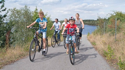 Die autofreien Seerundwege im Lausitzer Seenland sind perfekt für eine Familienradtour. Foto: Tourismusverband Lausitzer Seenland, Nada Quenzel