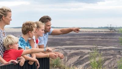 Am Aussichtspunkt am Tagebau Welzow-Süd können Familien einen Blick in den aktiven Tagebau werfen. © TV Lausitzer Seenland, Nada Quenzel