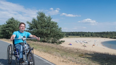 Handbiker am Bärwalder See im Lausitzer Seenland. Foto: Tourismusverband Lausitzer Seenland / Nada Quenzel