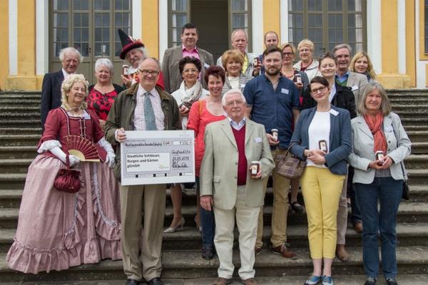 Dr. Christan Striefler (mit Spendenscheck) und Hertha-Edeltraut Steincke ( 3. Reihe, 4. v. rechts) mit Patinen und Paten der Orangenbäume für den Dres