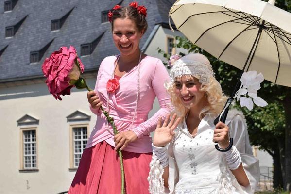 Schneeweißchen und Rosenrot sind beim Märchenfest auf der Festung  Königstein dabei. Foto: Festung Königstein gGmbH