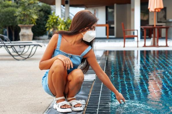 Ein maskiertes Mädchen geht durch ein leerstehendes Hotel. Foto von shulgenko007