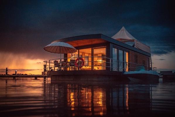 Schwimmendes Haus auf dem Bärwalder See / Foto: FHG floating house GmbH