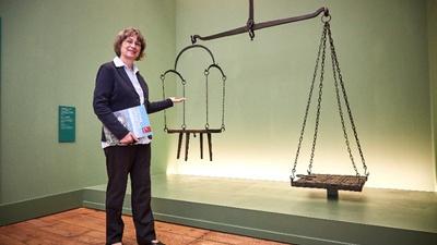 Dr. Angelika Taube an der historischen Waage / © Marko Förster