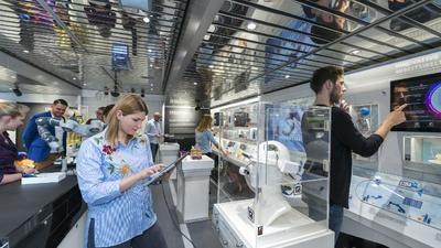 Die Ausstellung im Erdgeschoss zeigt innovative Entwicklungen aus dem Bereich der sechs Zukunftsaufgaben der neuen Hightech-Strategie.