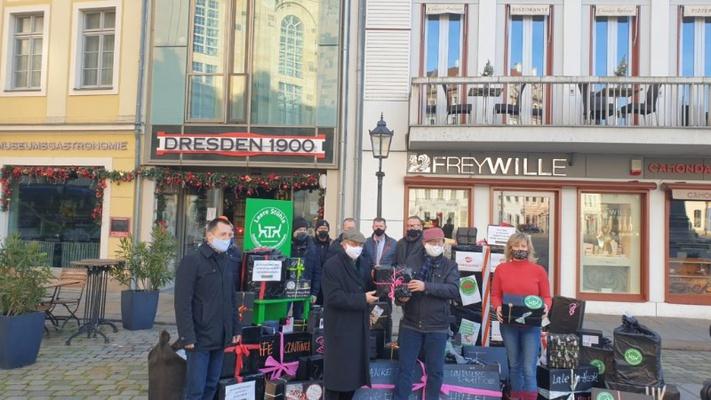 Übergabe Schwarze Geschenke durch Kathleen Parma an Andreas Lämmel (MdB CDU), Arnold Vaatz (MdB CDU), Torsten Herbst (MdB FDP)