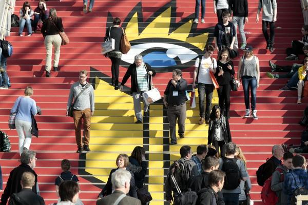 Die rote Treppe in der Glashalle ist ein beliebter Treffpunkt für Messebesucher. Foto: Leipziger Messe GmbH / Tom Schulze
