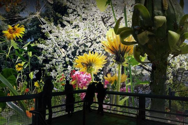Besucher betrachten Panorama CAROLAS GARTEN, Ausschnitt mit Besucherplattform, Visualisierung © asisi