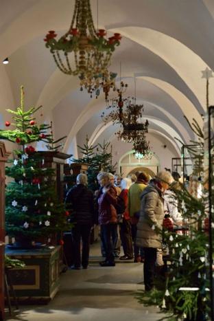 Blick in den weihnachtlich geschmückten Jägerhof, Museum für Sächsische Volkskunst © SKD, Foto: Silvia Oertel
