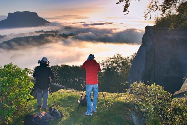 Fotografen auf der Festung Königstein fotografieren den Tafelberg Lilienstein, Foto: Holger Zimmaß/Festung Königstein gGmbH