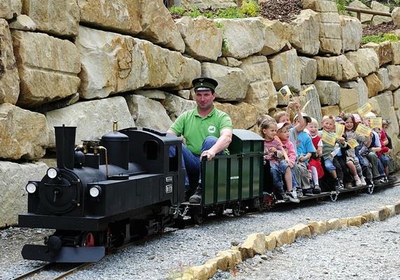 Kinder fahren mit der Bergbahn der Kleinen Sächsischen Schweiz. Foto: Tourismusverband Sächsische Schweiz