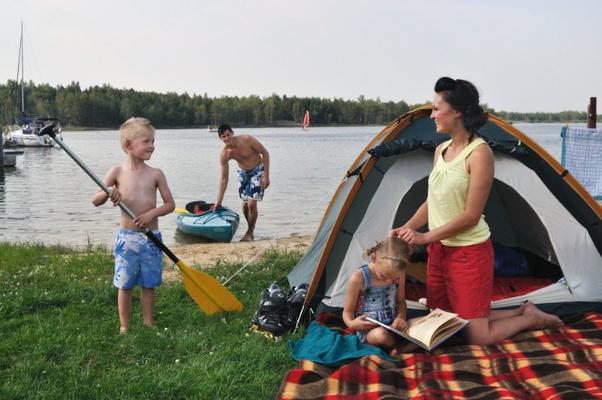 Familie mit Kanu und Zelt im Lausitzer Seenland. Foto:  Tourismusverband Lausitzer Seenland / Nada Quenzel