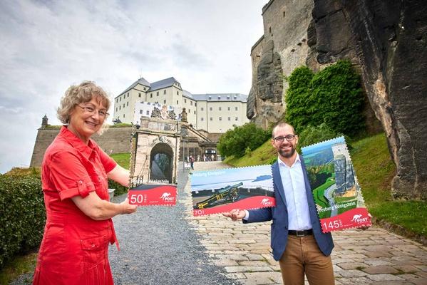 Alexander Hesse übergibt Schaubriefmarken an Angelika Taube, Geschäftsführerin der Festung Königstein gGmbH. Foto: Marko Förster