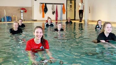Volleyballerinnen beim Radeln unter Wasser
