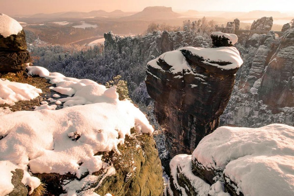 Wehlnadel mit Bastei im Winter. Foto: Rico Richter